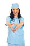 Mujer del doctor que forma dimensión de una variable del corazón Fotografía de archivo libre de regalías