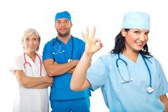 Mujer del doctor que muestra la muestra aceptable Foto de archivo libre de regalías