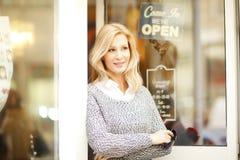 Mujer del dueño de tienda de la ropa imágenes de archivo libres de regalías