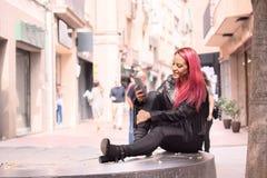 Mujer del eje de balancín que mecanografía un mensaje de texto en móvil fotos de archivo libres de regalías
