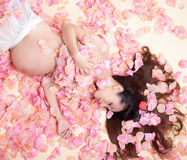 Mujer del embarazo en el mar de las flores Foto de archivo