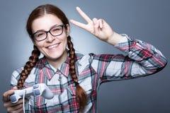 Mujer del empollón con Gamepad fotos de archivo
