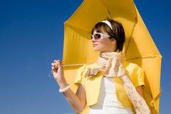 Mujer del encanto bajo el paraguas amarillo imágenes de archivo libres de regalías