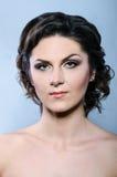 Mujer del encanto con el peinado y brillantemente el maquillaje rizados modernos Foto de archivo libre de regalías