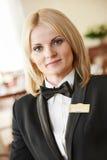 Mujer del encargado del restaurante en el lugar de trabajo Imágenes de archivo libres de regalías