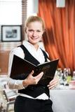 Mujer del encargado del restaurante en el trabajo Imagen de archivo libre de regalías