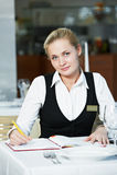 Mujer del encargado del restaurante en el trabajo Imagenes de archivo
