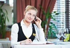 Mujer del encargado del restaurante en el trabajo Foto de archivo