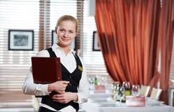 Mujer del encargado del restaurante en el trabajo Fotos de archivo libres de regalías