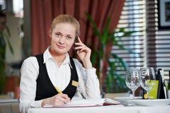 Mujer del encargado del restaurante en el trabajo Fotografía de archivo