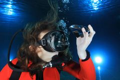 Mujer del equipo de submarinismo con el diamante fotografía de archivo libre de regalías
