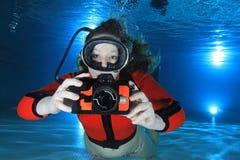 Mujer del equipo de submarinismo con la cámara Imágenes de archivo libres de regalías