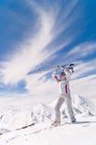 Mujer del esquiador encima de la montaña Fotografía de archivo