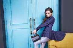 Mujer del estilo de la moda del maquillaje de la ropa del vestido sexy de la belleza Fotos de archivo libres de regalías