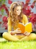 mujer del estudiante con el libro. Educación de la universidad. Fotos de archivo libres de regalías