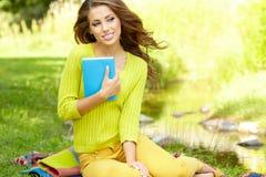 Mujer del estudiante con el libro. Educación de la universidad. Imagen de archivo libre de regalías