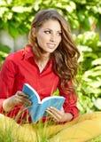 Mujer del estudiante con el libro. Educación de la universidad. Fotos de archivo