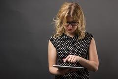 Mujer del estudiante en vidrios con estudiar de la PC de la tableta Foto de archivo