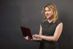 Mujer del estudiante en vidrios con estudiar de la PC de la tableta Imágenes de archivo libres de regalías