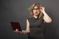 Mujer del estudiante en vidrios con estudiar de la PC de la tableta Fotos de archivo libres de regalías