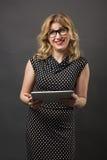 Mujer del estudiante en vidrios con estudiar de la PC de la tableta Foto de archivo libre de regalías