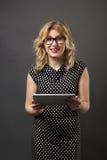 Mujer del estudiante en vidrios con estudiar de la PC de la tableta Fotografía de archivo libre de regalías