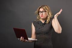 Mujer del estudiante en vidrios con estudiar de la PC de la tableta Fotografía de archivo