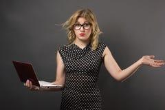 Mujer del estudiante en vidrios con estudiar de la PC de la tableta Imagenes de archivo