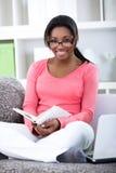 Mujer del estudiante que aprende en casa Fotografía de archivo libre de regalías