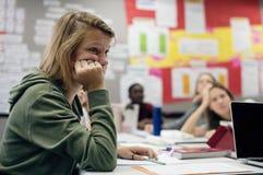Mujer del estudiante que estudia en la sala de clase imagen de archivo libre de regalías