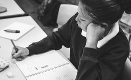 Mujer del estudiante que estudia en la sala de clase imágenes de archivo libres de regalías