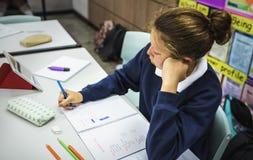 Mujer del estudiante que estudia en la sala de clase fotografía de archivo libre de regalías