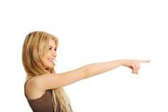 Mujer del estudiante que señala a la derecha Fotos de archivo libres de regalías