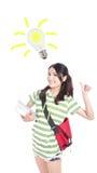 Mujer del estudiante que tiene una idea con la bombilla Imagenes de archivo