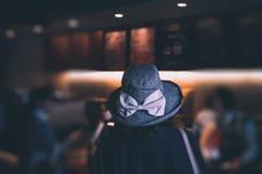 Mujer del foco selectivo que espera en línea para pedir el café en la tienda del café imagen de archivo