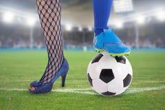 Mujer del fútbol en estadio Imagenes de archivo