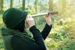 Mujer del guardabosques con el catalejo en un bosque imágenes de archivo libres de regalías