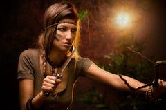 Mujer del guerrero con el cuchillo del combate imagenes de archivo