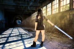 Mujer del guerrero con un lightsaber que espera a su opositor fotos de archivo