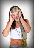 Mujer del Hippie con dolor de cabeza terrible fotos de archivo libres de regalías