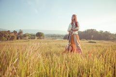 Mujer del hippie en campo de oro Fotos de archivo libres de regalías