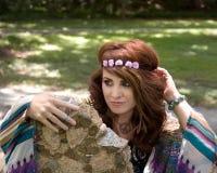 Mujer del hippie en venda de la flor y collar del signo de la paz Fotografía de archivo