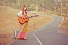 Mujer del hippie que juega música y el baile Imagen de archivo libre de regalías