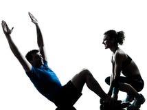 Mujer del hombre que ejercita aptitud abdominal del entrenamiento Foto de archivo libre de regalías
