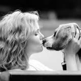 Mujer del inconformista de Bautiful y su perro del beagle Imagenes de archivo