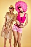 Mujer del inconformista de la moda de la belleza, hermanas elegantes, amigos, afro Foto de archivo libre de regalías