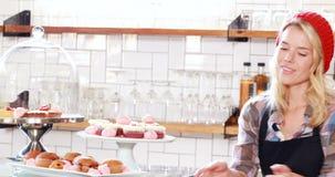 Mujer del inconformista que presenta la torta almacen de metraje de vídeo