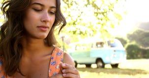 Mujer del inconformista que respira hacia fuera en el polen almacen de video