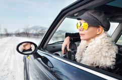 Mujer del inconformista que se sienta en un pequeño coche Fotos de archivo