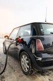 Mujer del inconformista que se sienta en un pequeño coche Fotografía de archivo libre de regalías